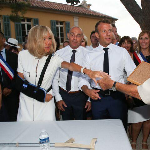 PHOTOS – Brigitte Macron, bras en écharpe et sourire radieux, la première dame a fait forte impression à Bormes-les-Mimosas