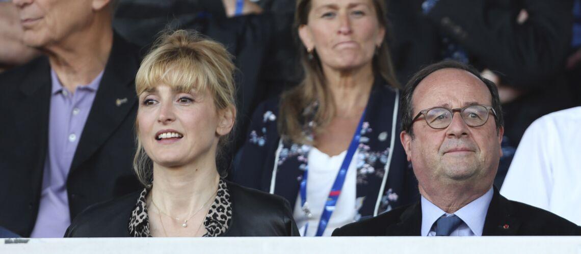 François Hollande et Julie Gayet en vacances : ils assistent à un match de foot au côté d'un célèbre journaliste - Gala