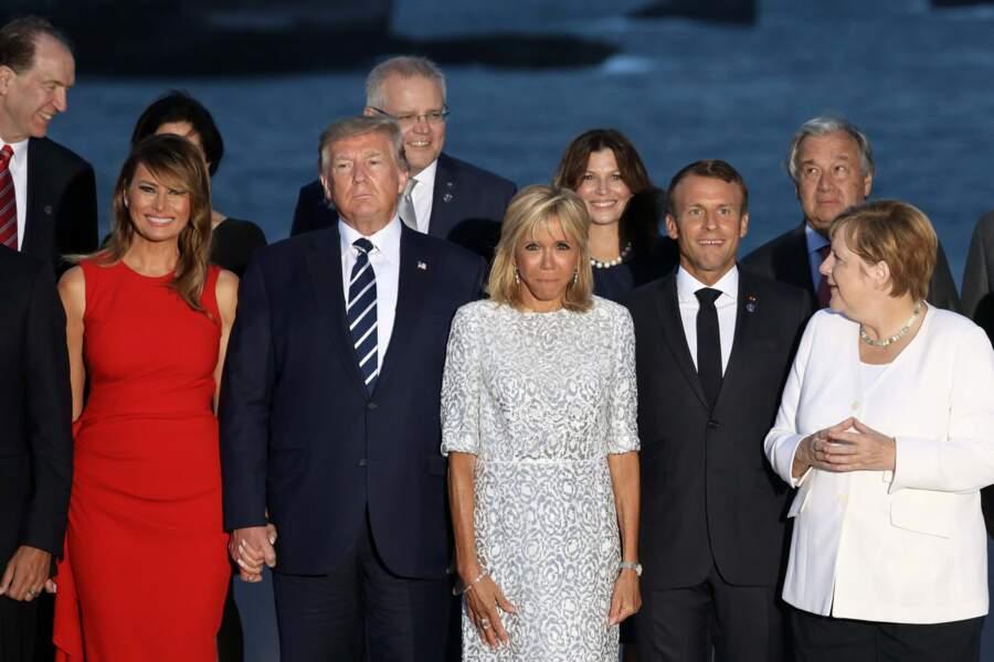 Brigitte Macron chic avec une demi-queue de cheval et un carré qui lui arrive aux épaules