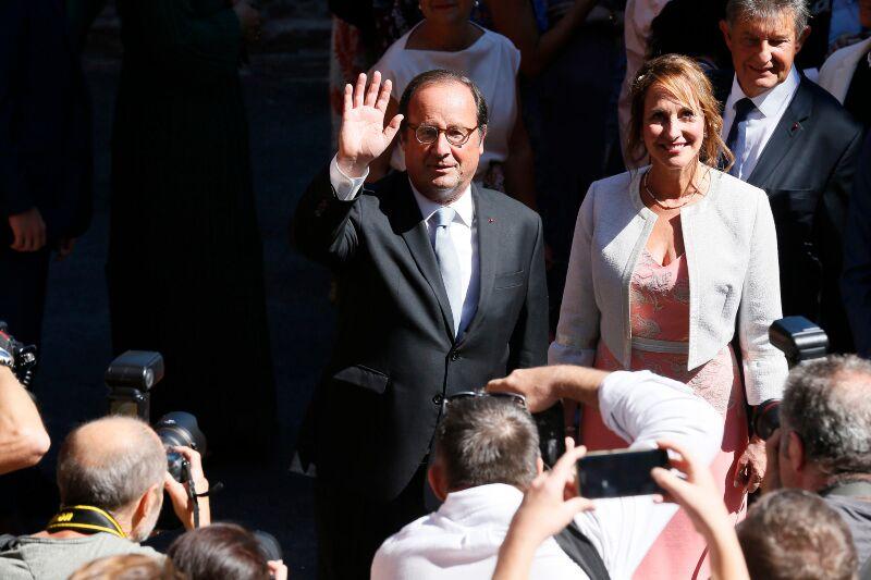 François Hollande et Ségolène Royal souriants au mariage de leur fils Thomas