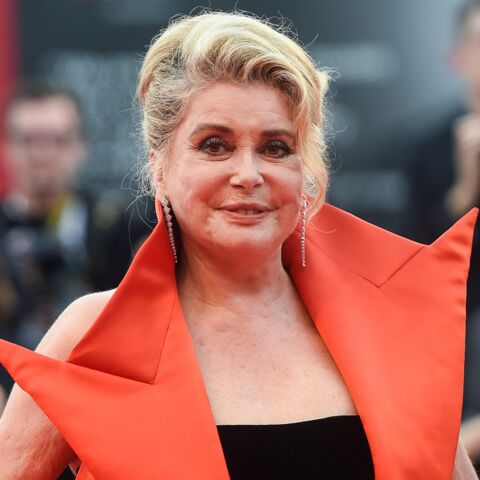 PHOTOS – Catherine Deneuve, bluffante en robe cape rouge, enflamme la Mostra de Venise
