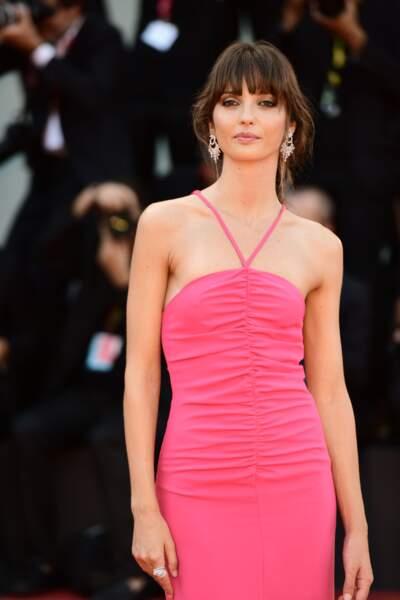 Annabelle Belmondo, 31 ans, actrice et mannequin sublime les cheveux relevés en chignon et longue robe estivale