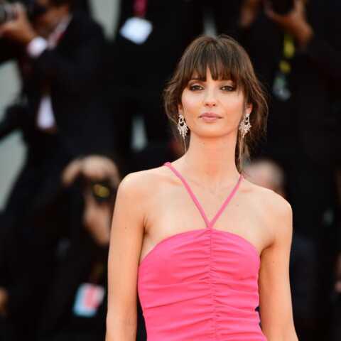 PHOTOS – Annabelle Belmondo mutine dans une robe moulante et fendue à la Mostra de Venise