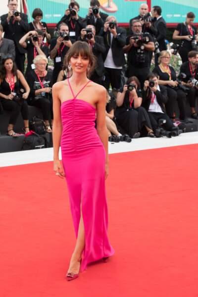 Annabelle Belmondo très élégante dans une robe longue flashy et déstructurée de la marque italienne Manila Grace