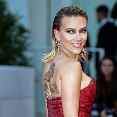 PHOTOS – Scarlett Johansson, une future mariée incendiaire, les cheveux wet et un impressionnant tatouage dans le dos