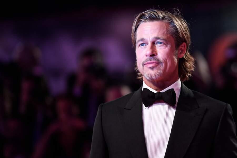 barbe de trois jours, cheveux longs et wet, à 55 ans, Brad Pitt possède le look et le style d'un jeune homme