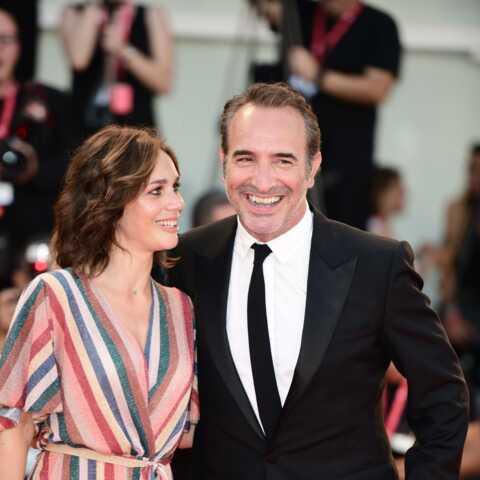 PHOTOS – Jean Dujardin, tout sourire, s'affiche aux côtés de Nathalie Péchalat à la Mostra de Venise
