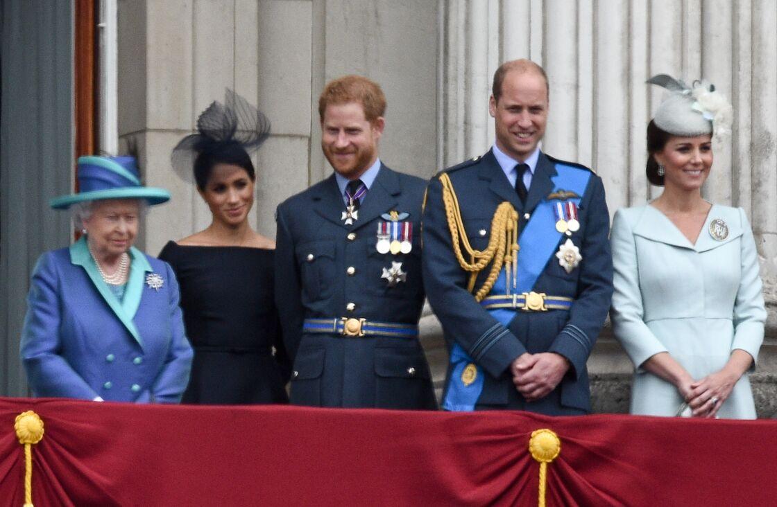 Elizabeth II aux côtés des princes William et Harry et de leurs épouses Kate et Meghan, à Londres, le 10 juilet 2018.