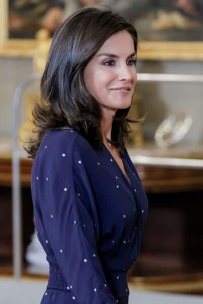 Letizia d'Espagne collectionne les robes longues et vaporeuses de ce style mais choisit du bleu pour le travail