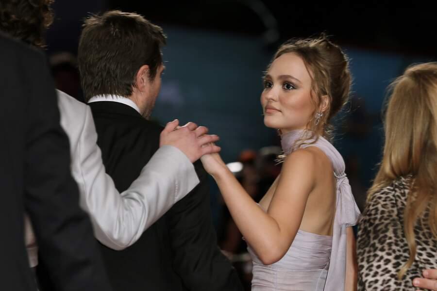 Lily-Rose Depp et Timothée Chalamet, croisant leurs mains sur l'épaule du réalisateur David Michôd, à Venise