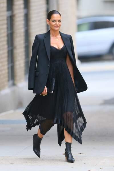 Comme Katie Holmes, on peut porter la veste noire posé sur les épaules avec une robe