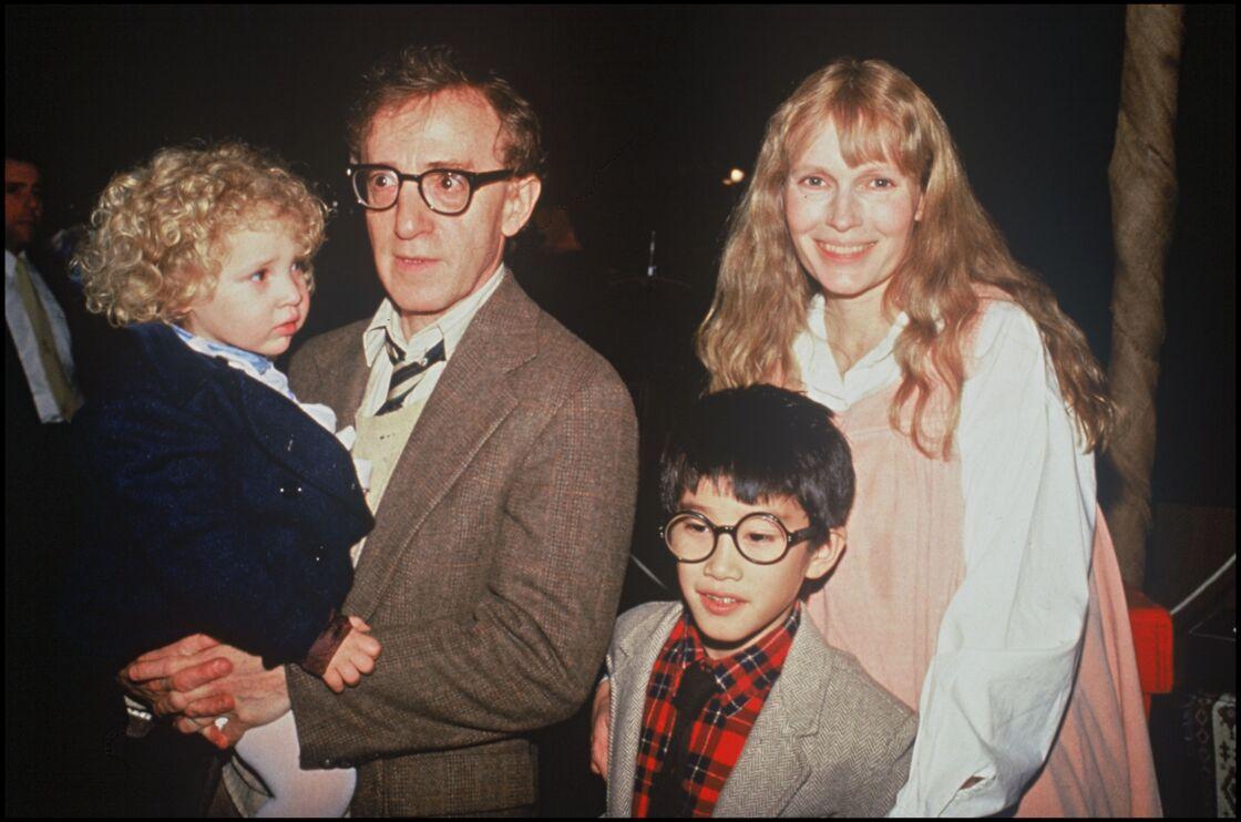 Dylan Farrow, à l'âge de 2 ans, dans les bras de son père adoptif Woody Allen, à New York, le 20 novembre 1987.