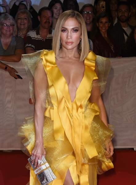 Pour présenter son dernier film ce 7 septembre, Jennifer Lopez a choisi une robe satinée dans les tons orangés