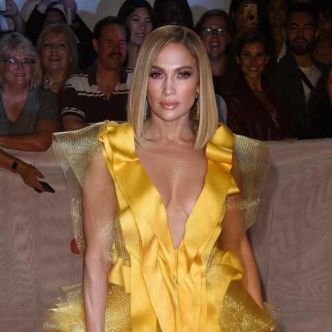 PHOTOS – Jennifer Lopez éblouissante dans une robe courte décolletée au festival de Toronto