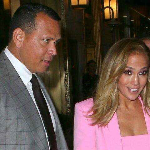 PHOTOS – Jennifer Lopez fait son show en costume rose flashy pour un dîner en amoureux