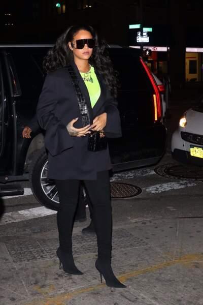 Rihanna est aussi fan de J Brand comme elle le montre ici avec un slim noir de la griffe.
