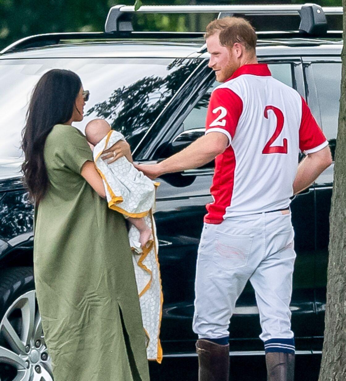 Meghan Markle, Archie Mountbatten-Windsor et le prince Harry lors d'un match de polo caritatif, à Billingbear, le 10 juillet 2019.