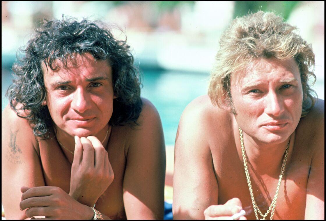 Michel Sardou et Johnny Hallyday à Saint-Tropez, le 10 août 1977.