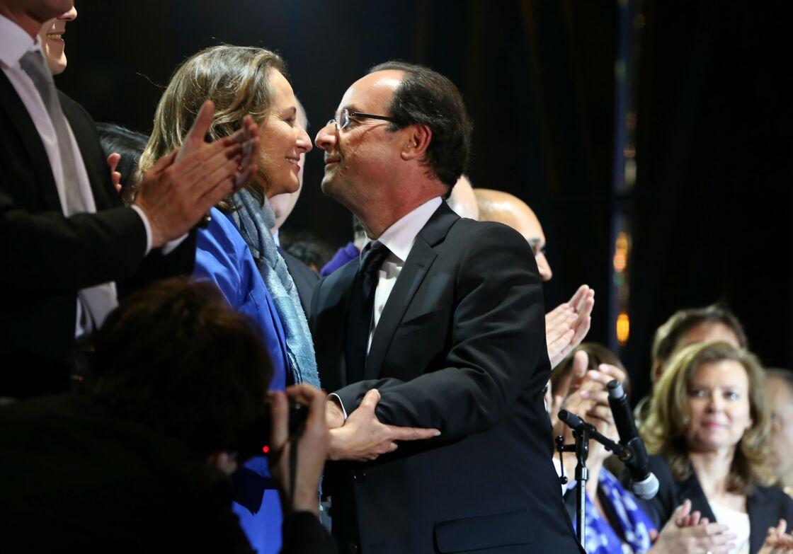 Tout juste élu président de la République, François Hollande embrasse Ségolène Royal sous le regard de Valérie Trierweiler, à Paris, le 6 mai 2012.