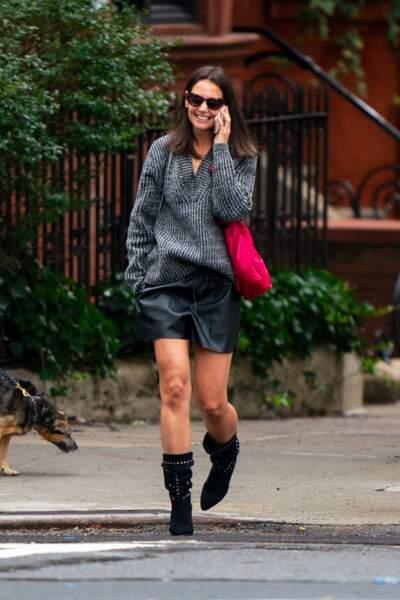 Katie Holmes dévoile ses jambes musclées en short en cuir