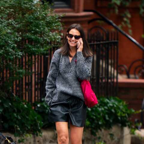 PHOTOS – Katie Holmes dévoile ses jambes musclées en short court en cuir et bottines cloutées
