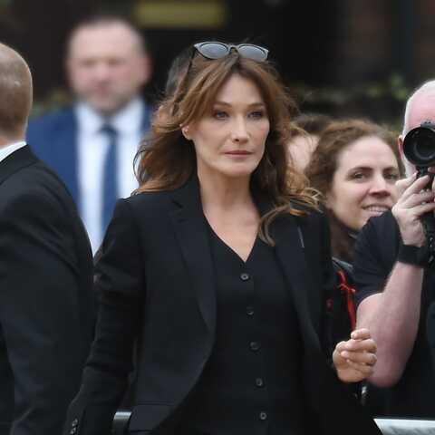 PHOTOS – Carla Bruni-Sarkozy très élégante en costume trois-pièces, au défilé Burberry à Londres