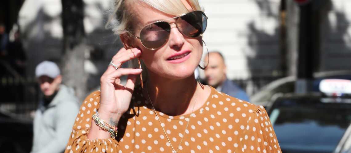 PHOTOS – Laeticia Hallyday ne porte plus la croix de Johnny depuis son arrivée à Paris - Gala