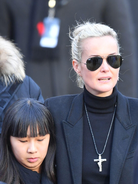 Laeticia Hallyday arborant la croix du rockeur, lors de l'hommage à Johnny en l'église de la Madeleine, à Paris, le 9 décembre 2017.