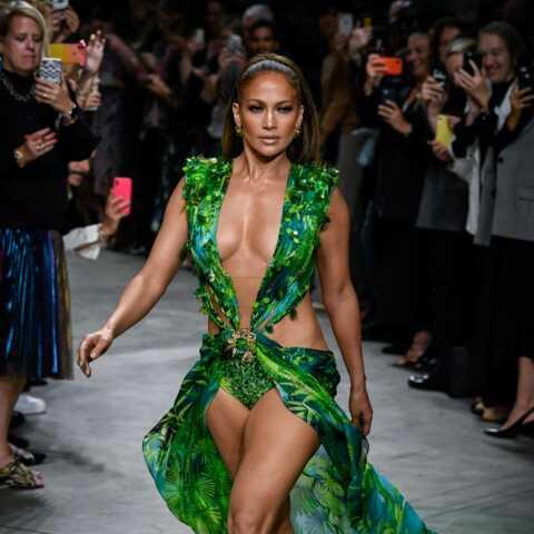 PHOTOS – Jennifer Lopez bluffante dans sa «jungle dress» Versace: pourquoi cette robe a changé sa carrière?