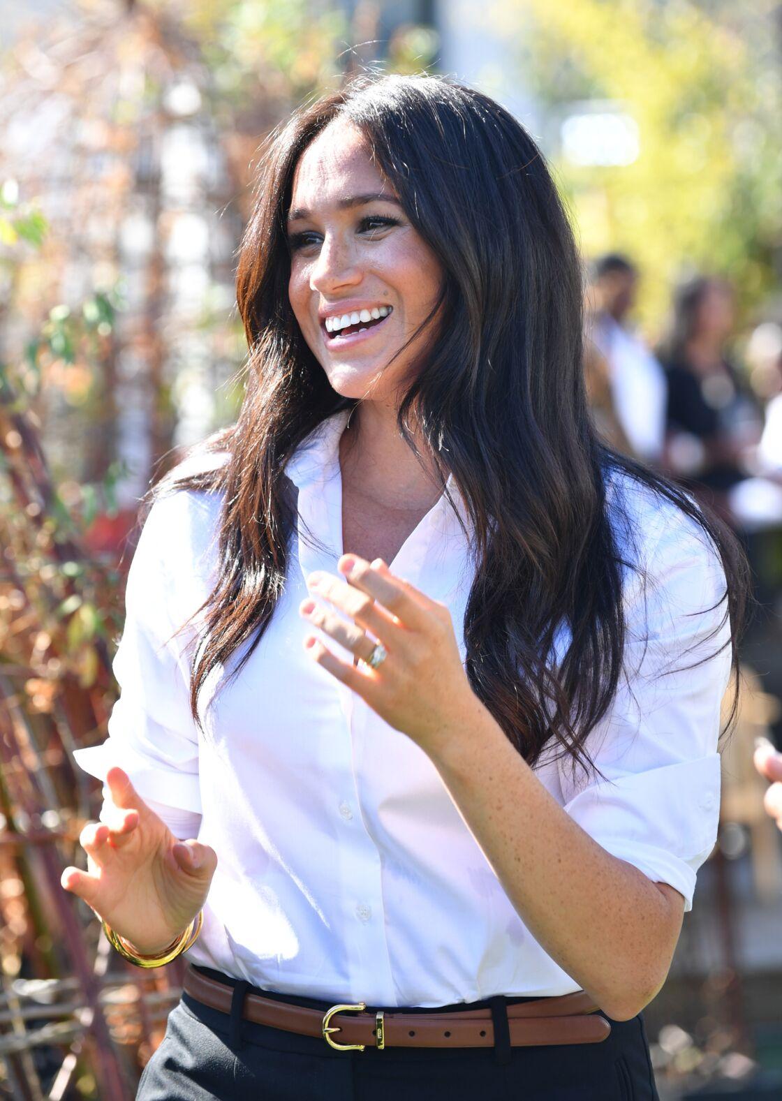 Meghan Markle affiche avec fierté sa bague de fiançailles, le 12 septembre dernier à Londres.
