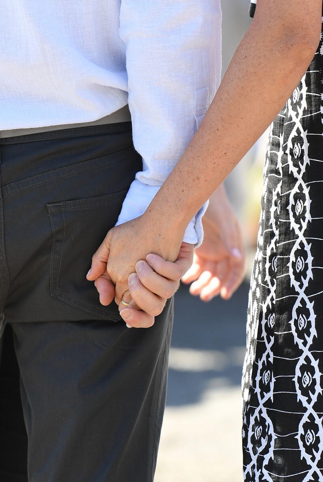 Meghan Markle ce 23 septembre au Cap apparait sans sa bague de fiançailles. Elle arbore uniquement son alliance.