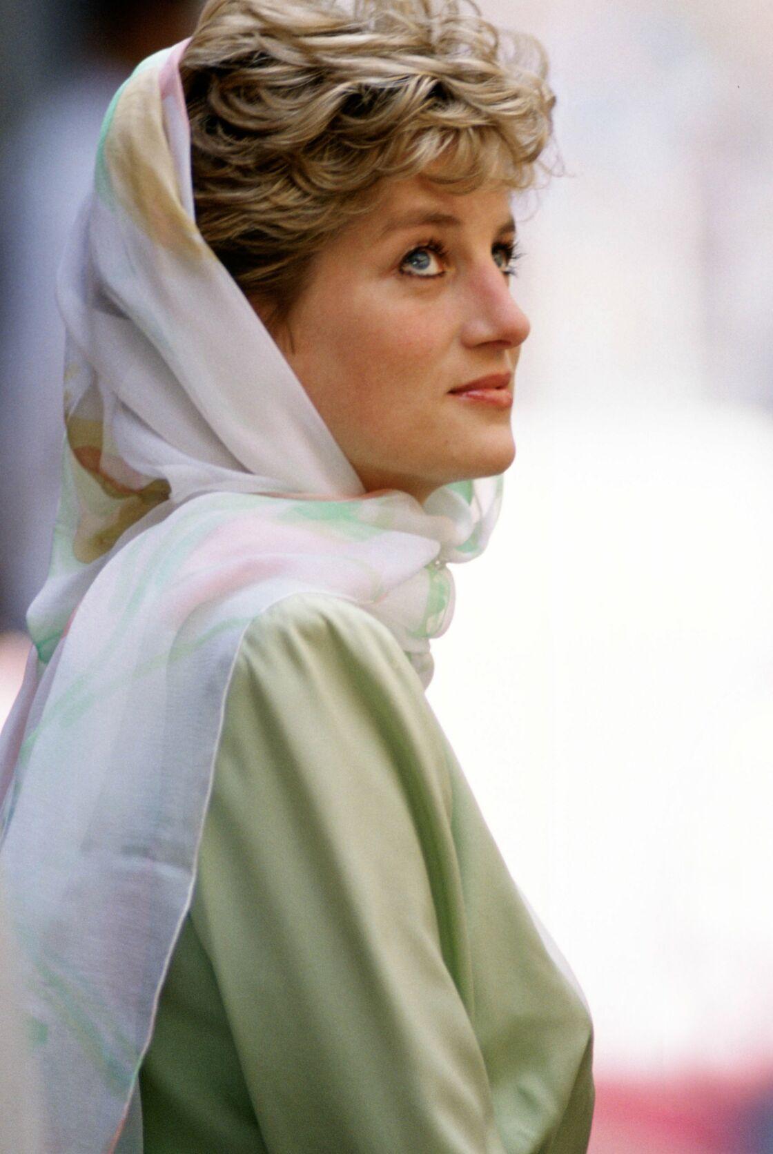 Lady Di en robe longue vert clair et voile fleuri en Egypte en 1990