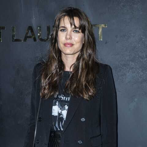 PHOTOS – Charlotte Casiraghi glamour et rock en jupe courte en cuir pour la fashion week