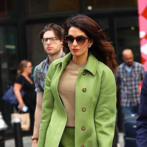 PHOTOS – Amal Clooney, un look de working-girl qui détonne