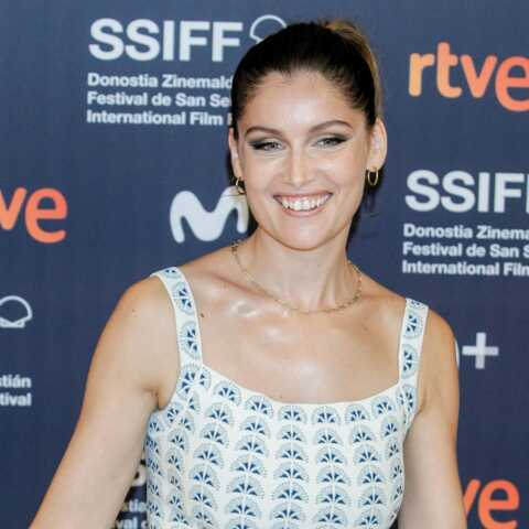 PHOTOS – Laetitia Casta rayonnante en robe courte et une simple queue de cheval