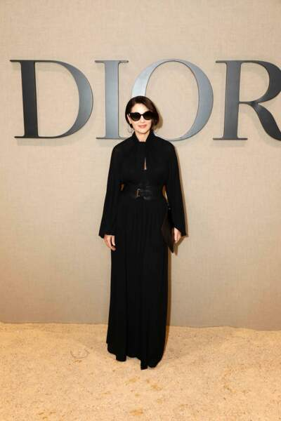 Monica Bellucci, ultra élégante au défilé Dior, toute de noir vêtue.