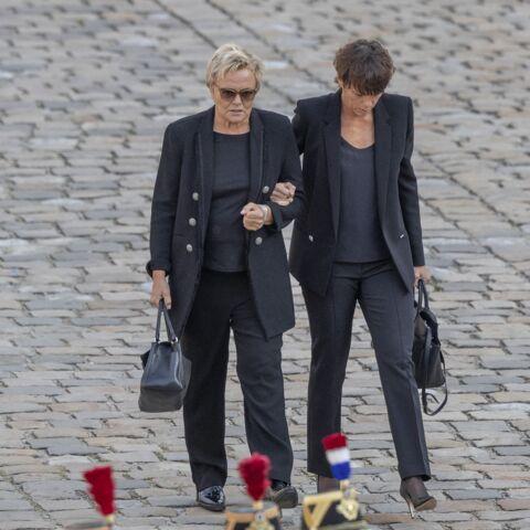 Muriel Robin et sa compagne Anne Le Nen très proches des Chirac… elles sont avec la famille au cimetière du Montparnasse