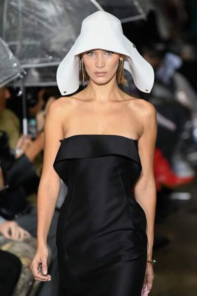 le chapeau revient l'été prochain comme Bella Hadid chez Lanvin