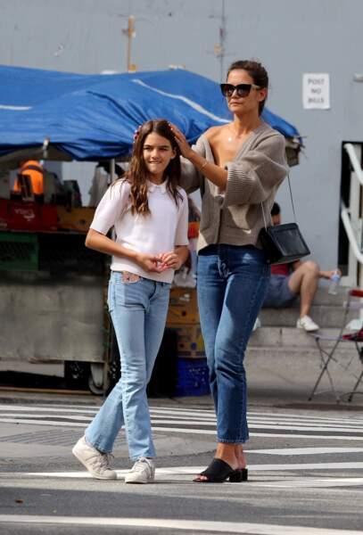 Katie Holmes et sa fille Suri Cruise assorties en jean et petit pull le 27 août 2019