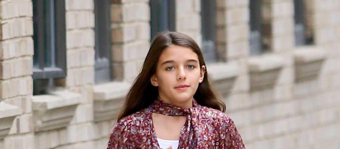 PHOTOS – Suri Cruise en jupe plissée et blouse imprimée, aussi stylée que sa maman, Katie Holmes - Gala