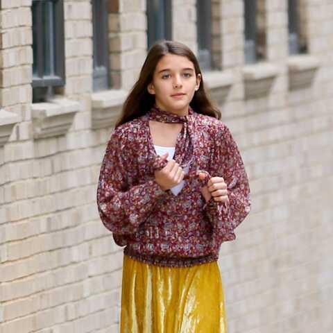 PHOTOS – Suri Cruise en jupe plissée et blouse imprimée, aussi stylée que sa maman, Katie Holmes