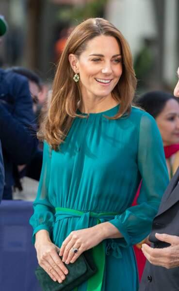 La robe de Kate Middleton souligne la couleur de ses yeux et les reflets ensoleillés de ses cheveux