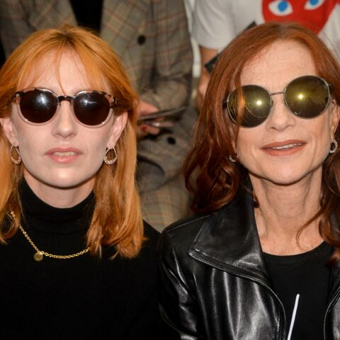 PHOTOS – Isabelle Huppert et sa fille Lolita Chammah, qui est qui à la Fashion Week ?