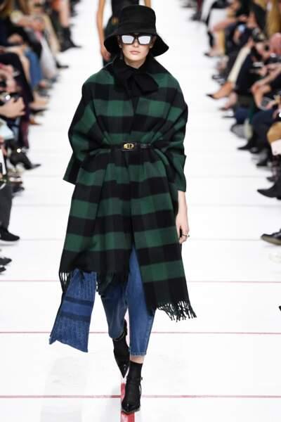 Cet hiver, la cape mise sur le tartan, se ceinture sur un jean et des boots comme ici chez Dior