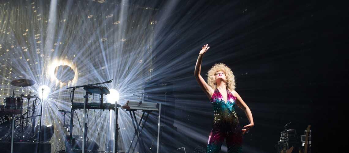 VIDEO – Corine choisit une tenue sexy et haute-en-couleurs pour son show - Gala