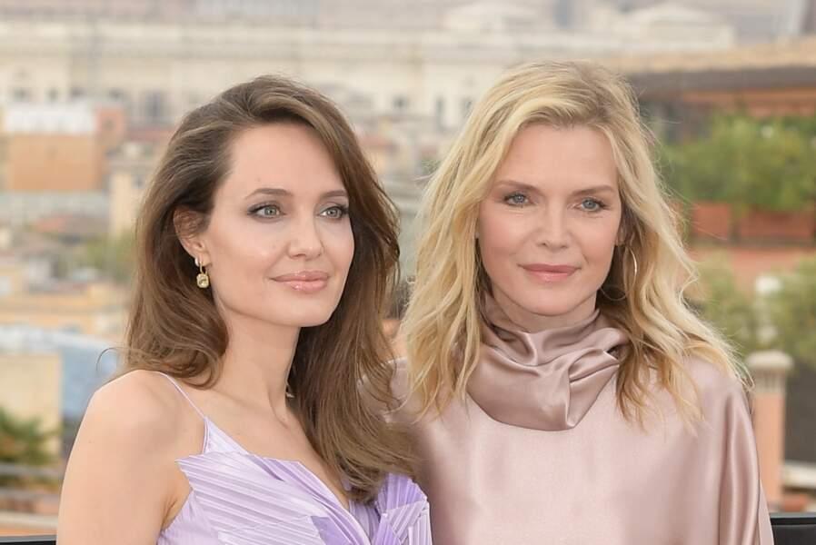 """Angelina Jolie et Michelle Pfeiffer complices lors du photocall de """"Maléfique 2"""", à Rome, le 7 octobre 2019."""