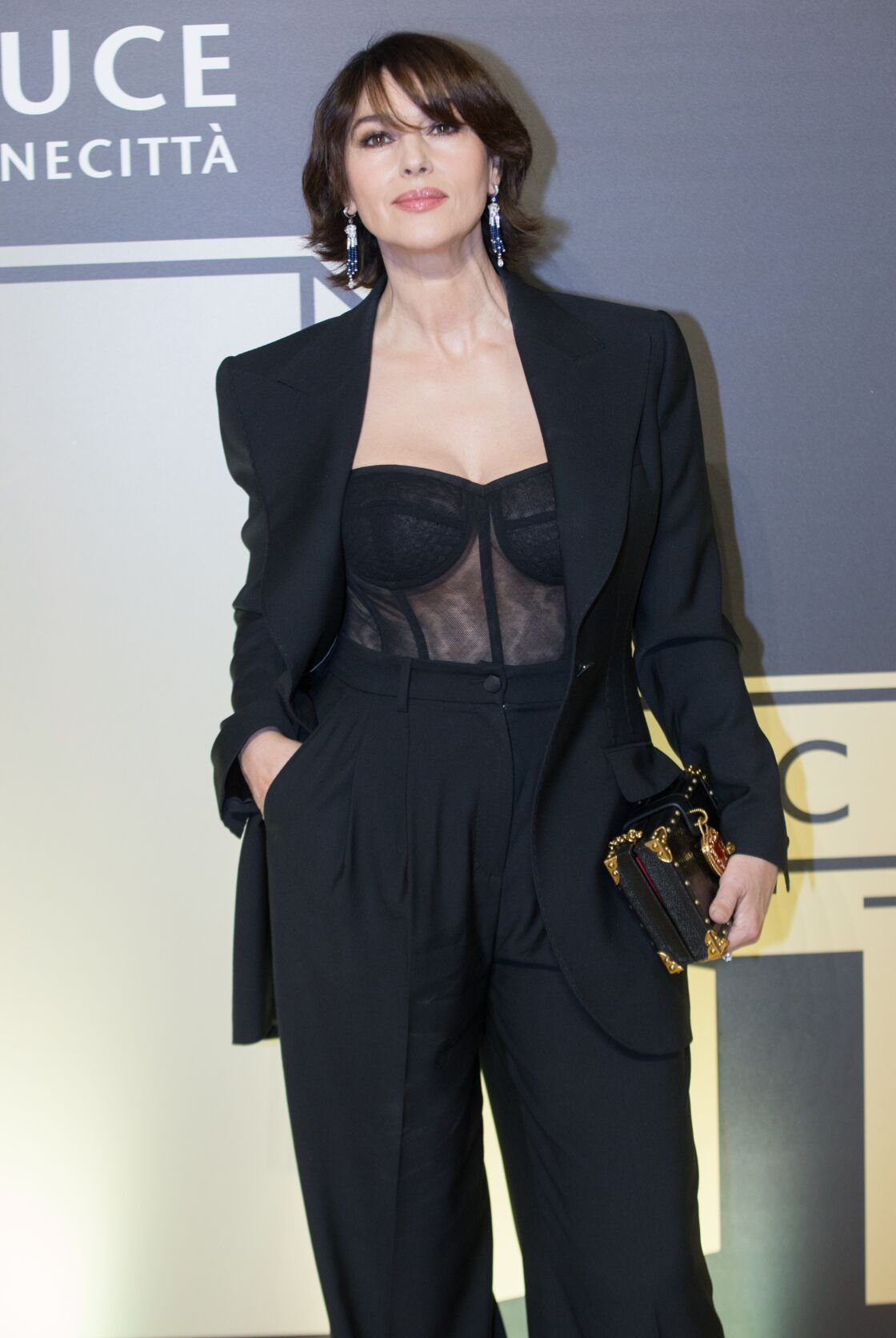 Monica Bellucci sexy avec un body bustier transparent et un carré court tendance