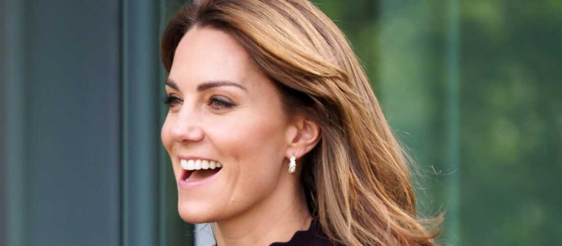 PHOTOS – Kate Middleton fait sensation en jupe-culotte kaki et petit sac Chanel! - Gala