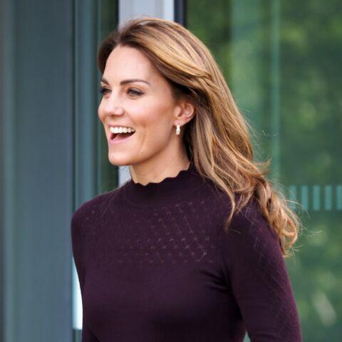 PHOTOS – Kate Middleton fait sensation en jupe-culotte kaki et petit sac Chanel!