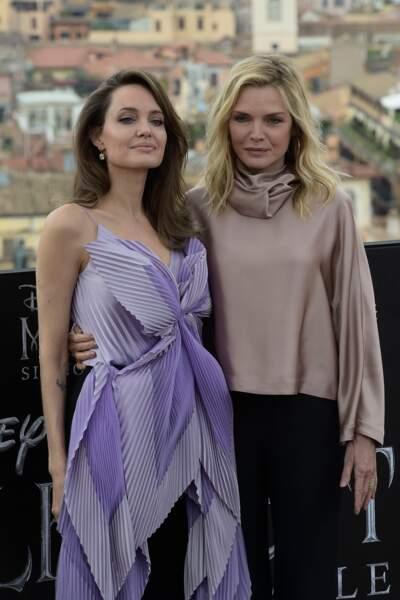 """Angelina Jolie et Michelle Pfeiffer lors du photocall de """"Maléfique 2"""", à Rome, le 7 octobre 2019."""